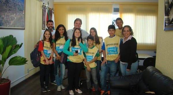 """Prefeito Vaqueli recebe crianças e adolescentes do """"Projeto Mais Educação"""" em seu gabinete"""