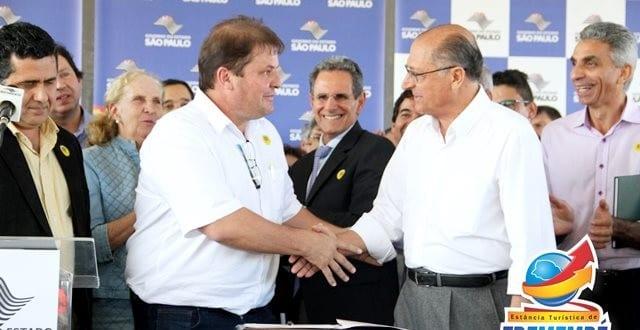 Vaqueli acompanhado do Governador Geraldo Alckmin assina Protocolo de Intenções que visa a regularização de bairros rurais