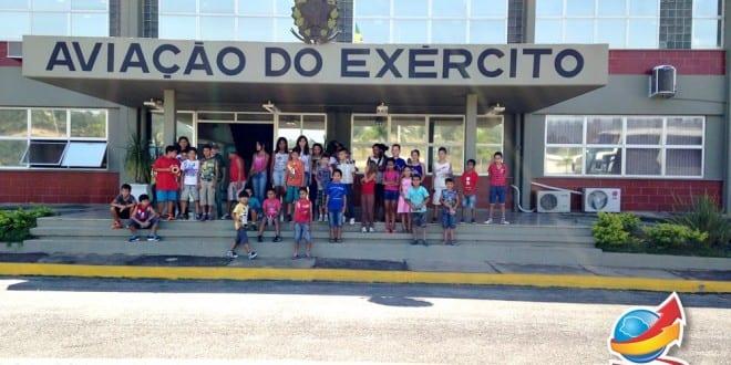 Crianças e adolescentes do Projeto Meu Espaço visitam Comando de Aviação do Exército