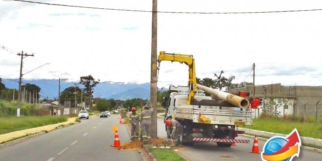 Início da colocação dos postes de iluminação pública na Avenida Luiz Gonzaga Das Neves