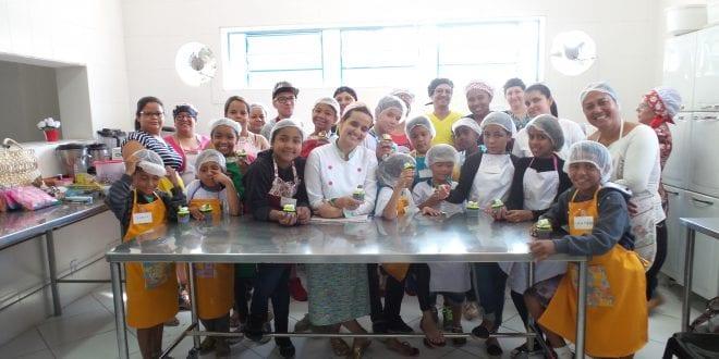 Crianças e adolescentes de projetos sociais realizam oficina de cupcake